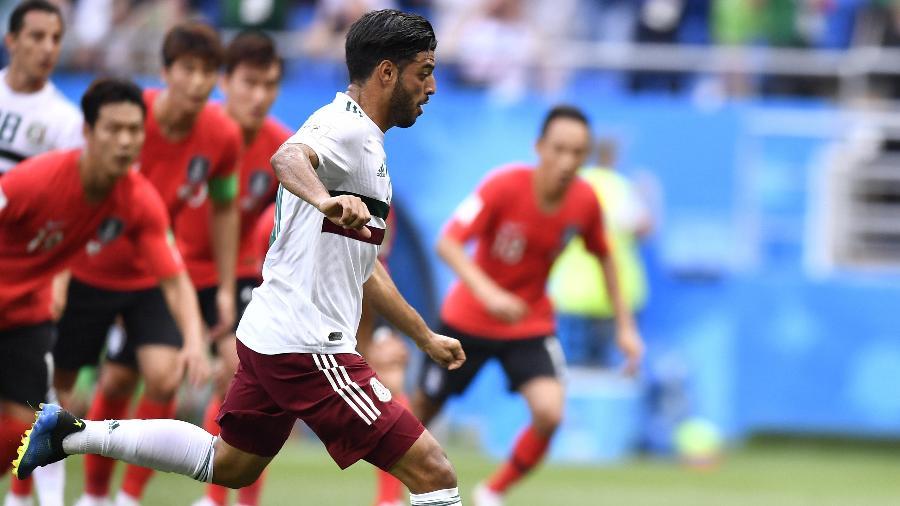 Carlos Vela marca de pênalti para o México contra a Coreia do Sul - Xinhua/Chen Yichen