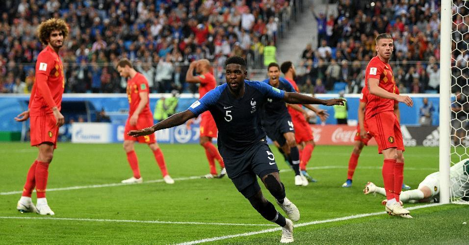 Samuel Umtiti comemora depois de marcar o primeiro gol para a França em jogo contra a Bélgica