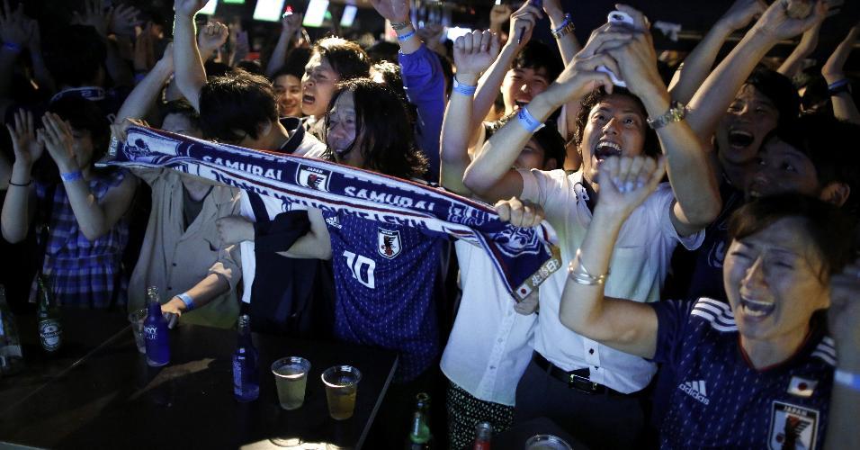 Japoneses se reúnem em bar para assistir a jogo contra a Bélgica