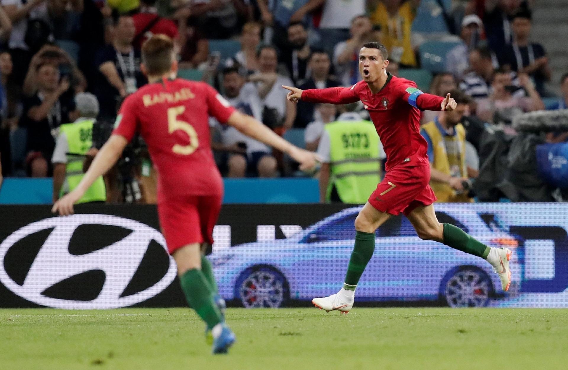 9b492bacf8 Portugal na Copa 2018  Cristiano Ronaldo marca três contra Espanha e iguala  feito de Pelé em Copas - UOL Copa do Mundo 2018