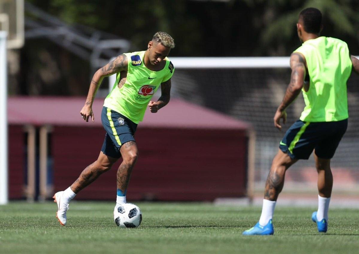 Neymar treina normalmente com a seleção brasileira após dores no tornozelo