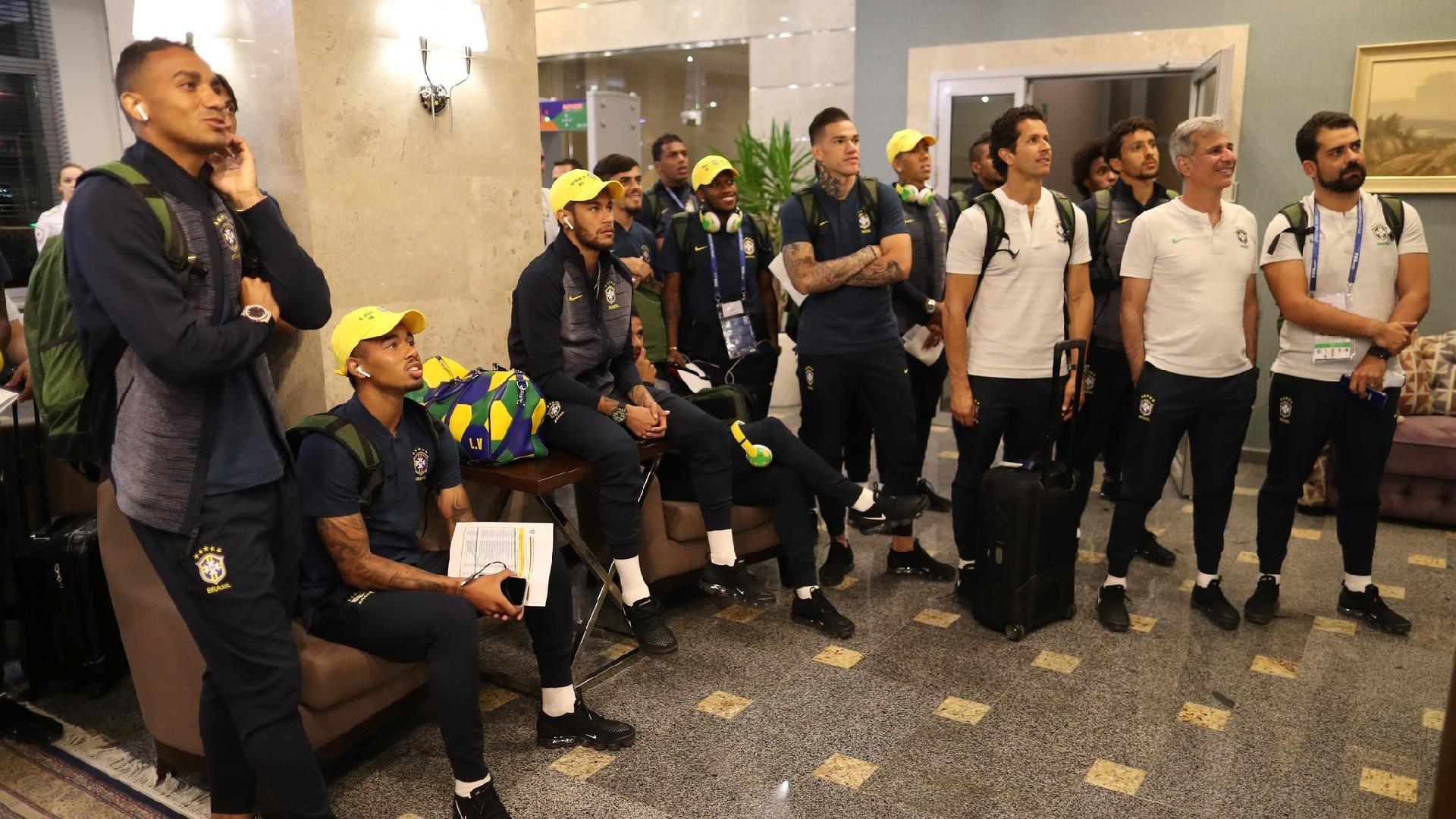 Seleção brasileira vê Espanha x Portugal em saguão de hotel em Rostov-on-Don