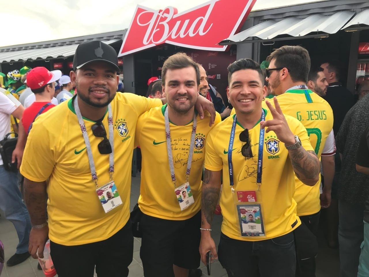 Parças de Neymar encontram irmão de Gabriel Jesus no entorno da Arena Rostov