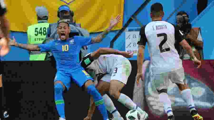 Neymar gesticula para o árbitro e para as câmeras em lance da partida contra a Costa Rica na Copa da Rússia - REUTERS/Marcos Brindicci