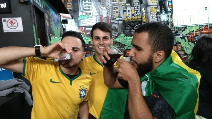 Torcedores aproveitam open bar para assistir a jogo do Brasil - Adriano Wilkson/UOL