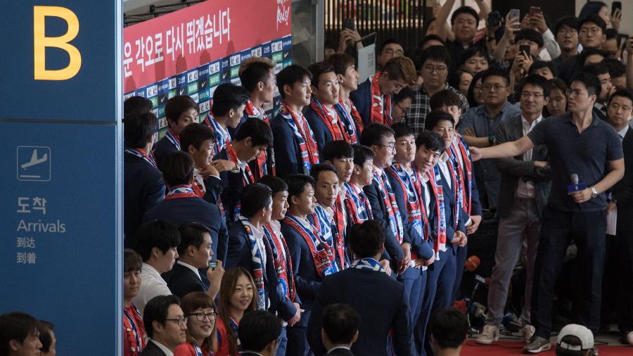 Jogadores da Coreia do Sul, durante chegada ao país após a Copa do Mundo - AFP PHOTO / Ed JONES