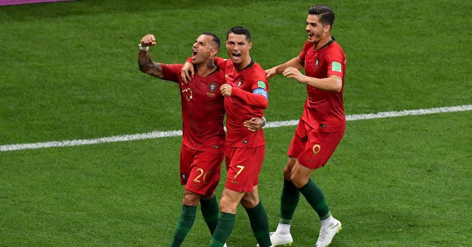 Ricardo Quaresma e Cristiano Ronaldo celebram gol de Portugal