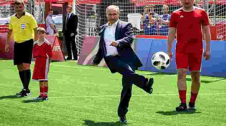 Revista em estúdios foi motivada por presença de Vladimir Putin em inauguração de escolinha de futebol - Yuri Kadobnov/AFP Photo - Yuri Kadobnov/AFP Photo