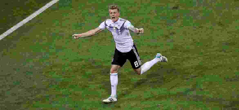 Toni Kroos comemora gol da Alemanha contra a Suécia no último minuto - Michael Steele/Getty Images