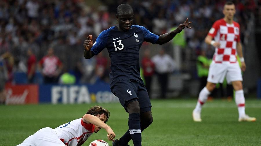 """N""""Golo Kante passa por Modric durante a final da Copa do Mundo - Christophe Simon/AFP"""