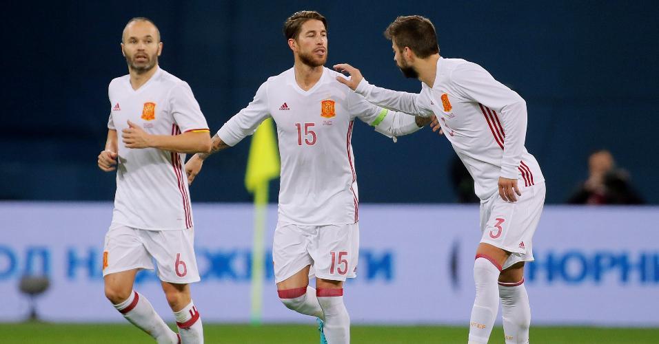 Segio Ramos comemora seu gol ao lado de Piqué