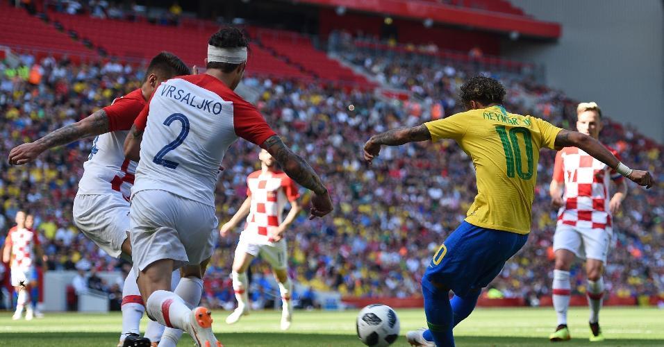 Neymar finaliza para abrir o placar para o Brasil contra a Croácia, em Liverpool