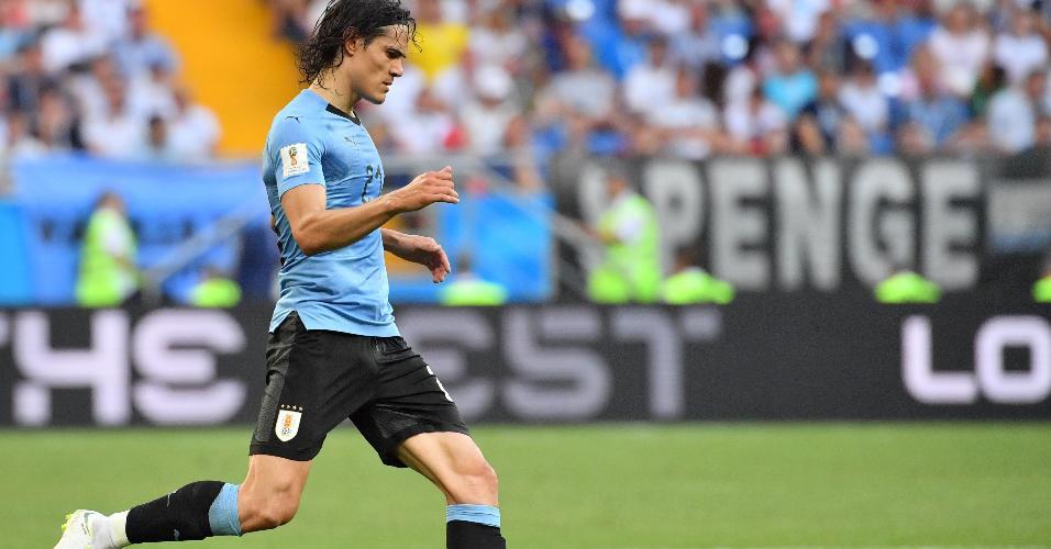 Cavani carrega a bola em jogo entre Uruguai e Arábia Saudita