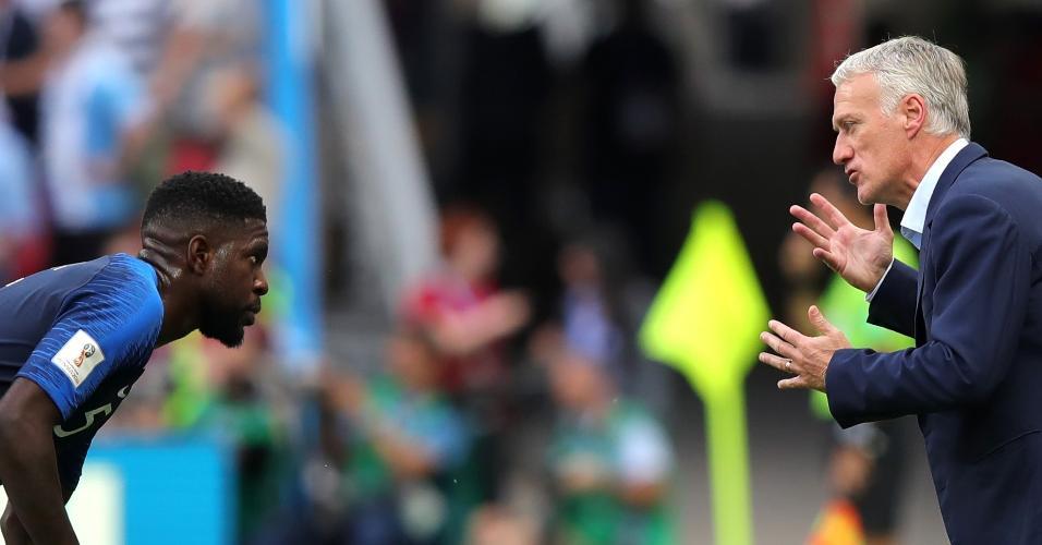 O treinador da França, Didier Deschamps, conversa com Samuel Umtiti no duelo contra a Argentina