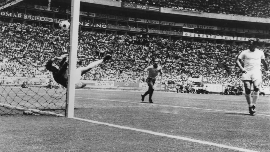 """Goleiro inglês Gordon Banks executa a """"defesa do século"""" em finalização de cabeça de Pelé na Copa de 1970 - Allsport Hulton/Archive/Getty Images"""
