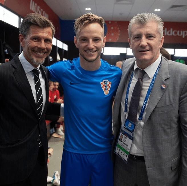 Rakitic posa com Zvomnir Boban e Davor Suker após classificação da Croácia à final da Copa