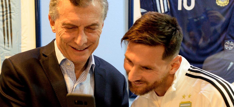 Mauricio Macri, presidente da Argentina, mostra um vídeo a Lionel Messi no celular - Argentine Presidency/Handout via REUTERS