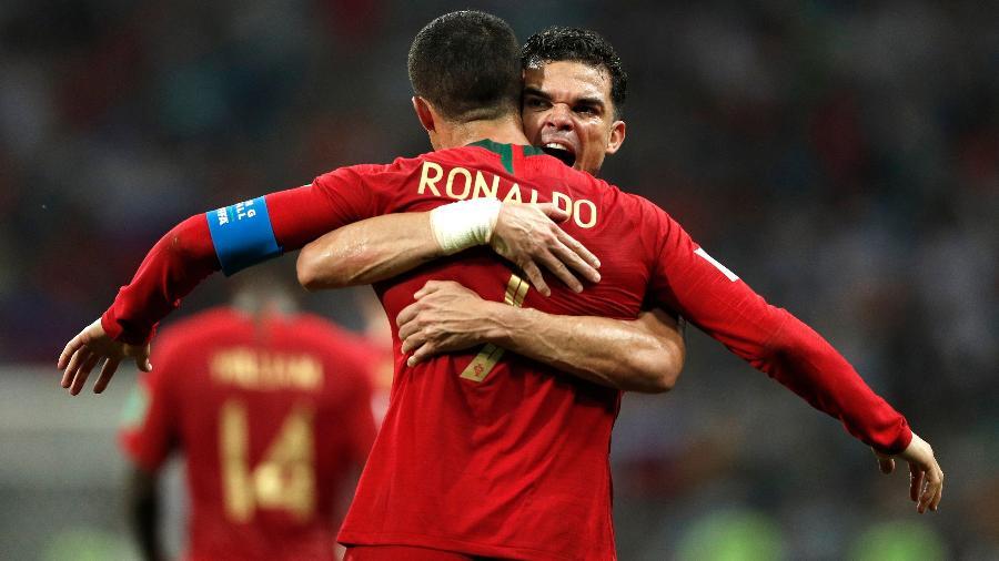 Pepe e Cristiano Ronaldo comemoram gol de Portugal sobre a Espanha - Adrian Dennis/AFP