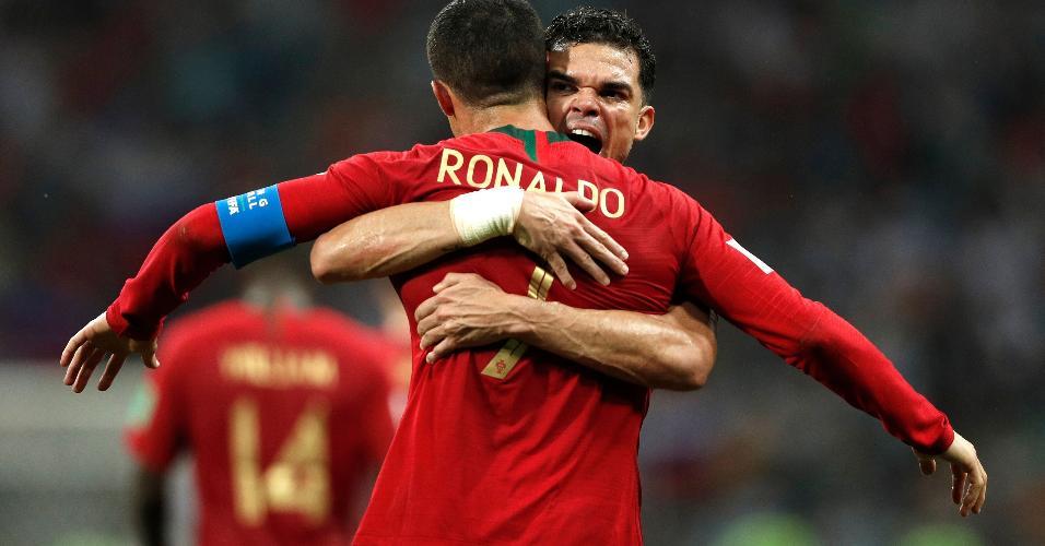 Pepe e Cristiano Ronaldo comemoram gol de Portugal sobre a Espanha