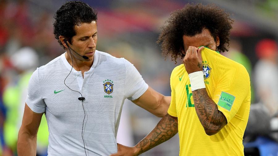 Lateral Marcelo é substituído e deixa o campo chorando na partida entre Brasil e Sérvia, na Arena Spartak, em Moscou - Stuart Franklin / FIFA