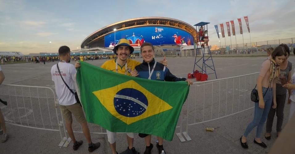 Lucas General Ferreira, sem chapéu, com amigo em Kazan