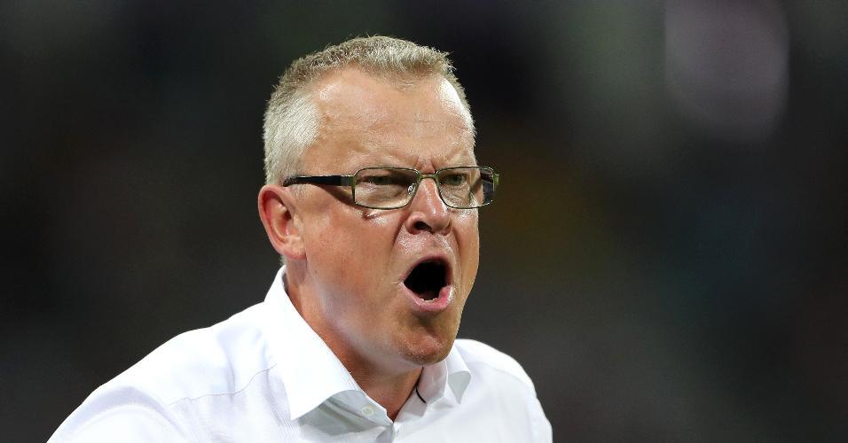 O técnico Janne Andersson se irrita durante o jogo entre Alemanha e Suécia