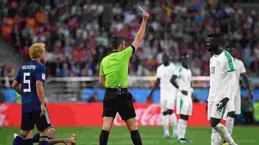 Ninag recebe cartão amarelo após lance com Gen Shoji durante jogo entre Senegal e Japão - Xinhua/Chen Cheng