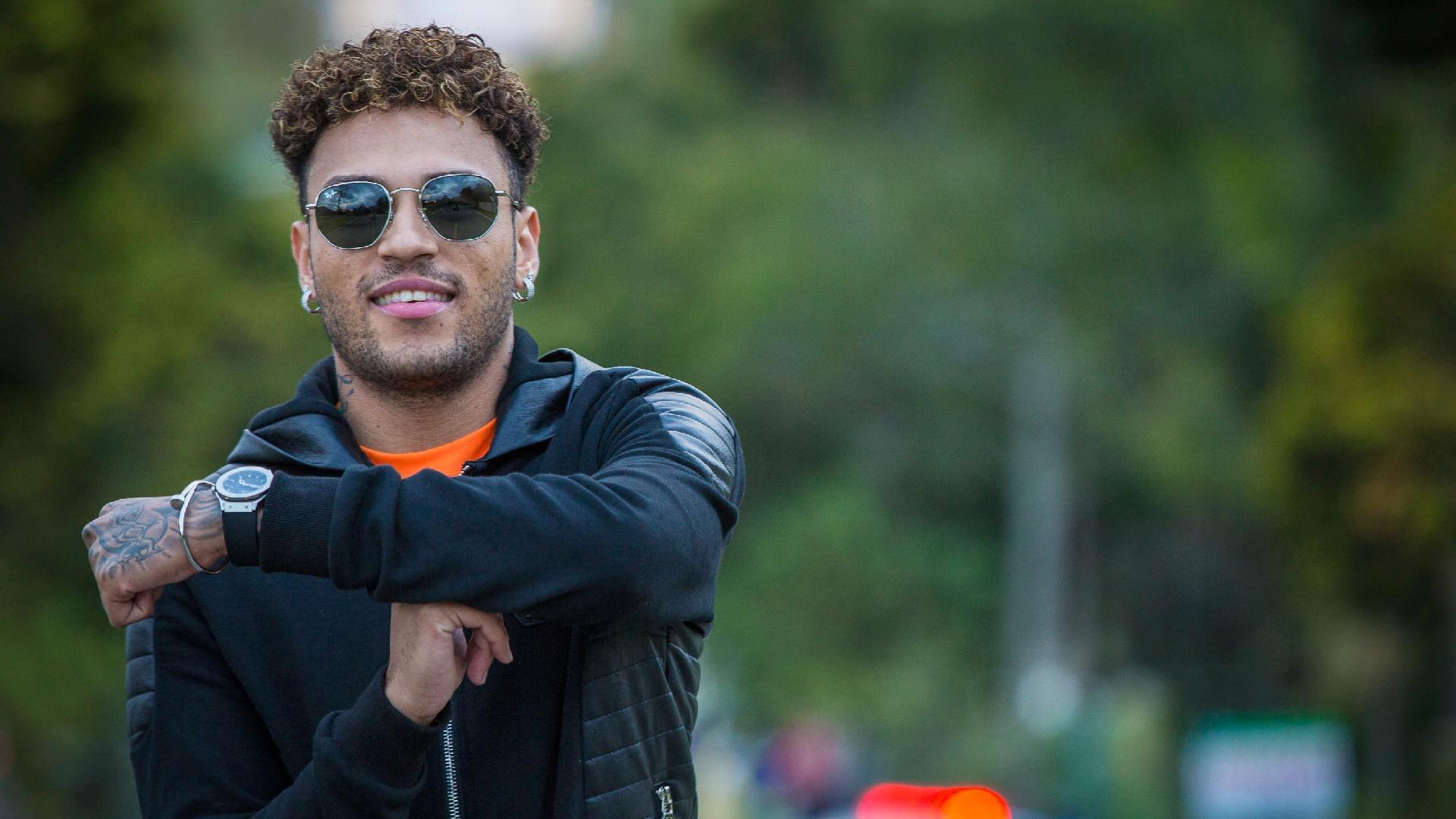 Gabriel Lucas, sósia de Neymar, faz o famoso gesto do