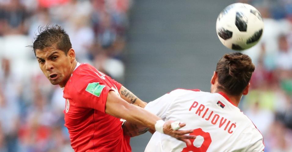 Cristian Gamboa e Aleksandar Prijovic em lance do jogo entre Costa Rica e Sérvia