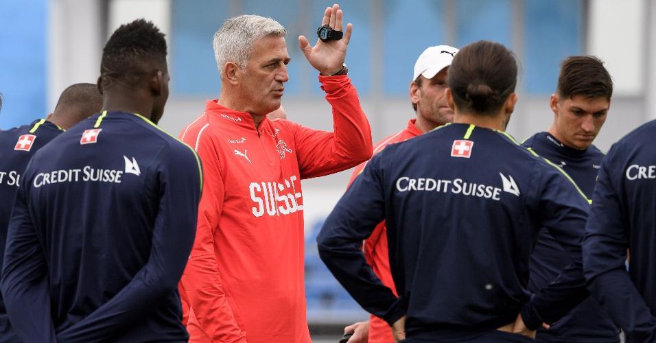 O técnico Vladimir Petkovic dá instruções em treino da Suíça, em Togliatti
