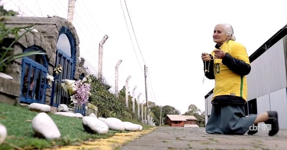 Dona Ivone, mãe de Tite, reza durante a Copa do Mundo