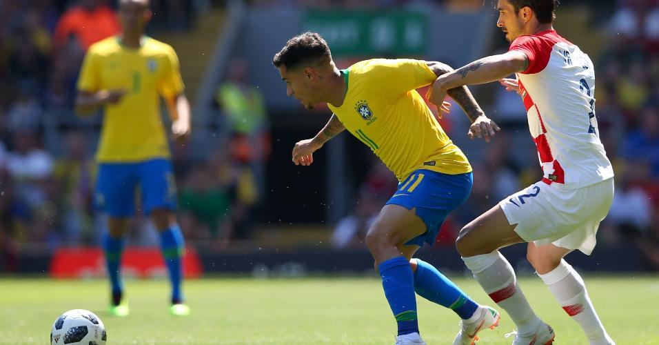 Philippe Coutinho disputa a bola com Sime Vrsaljko durante Brasil x Croácia
