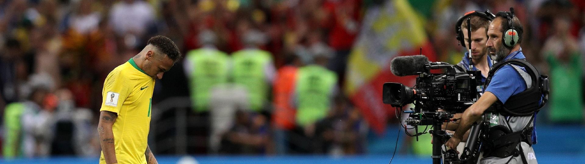 Neymar sai cabisbaixo de campo após a derrota do Brasil diante da Bélgica