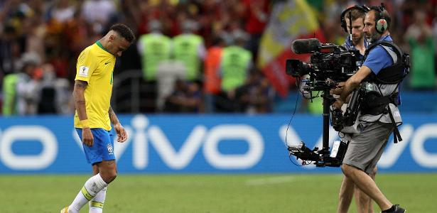 Neymar sai cabisbaixo de campo após a derrota do Brasil; revista discordou da Fifa