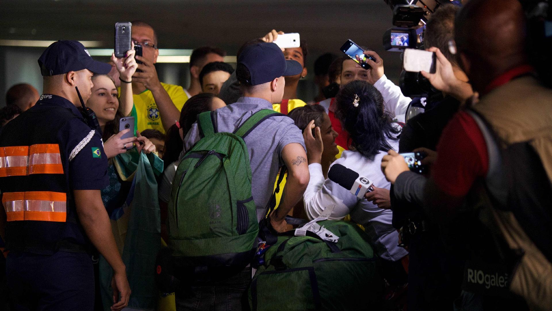 Philippe Coutinho atende fãs durante desembarque no Rio de Janeiro