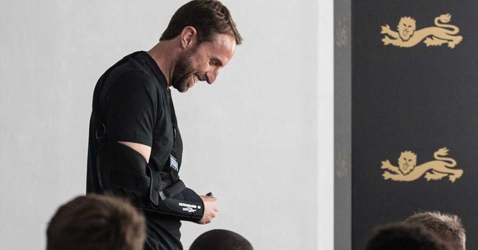 Técnico da Inglaterra aparece com proteção após deslocar o ombro