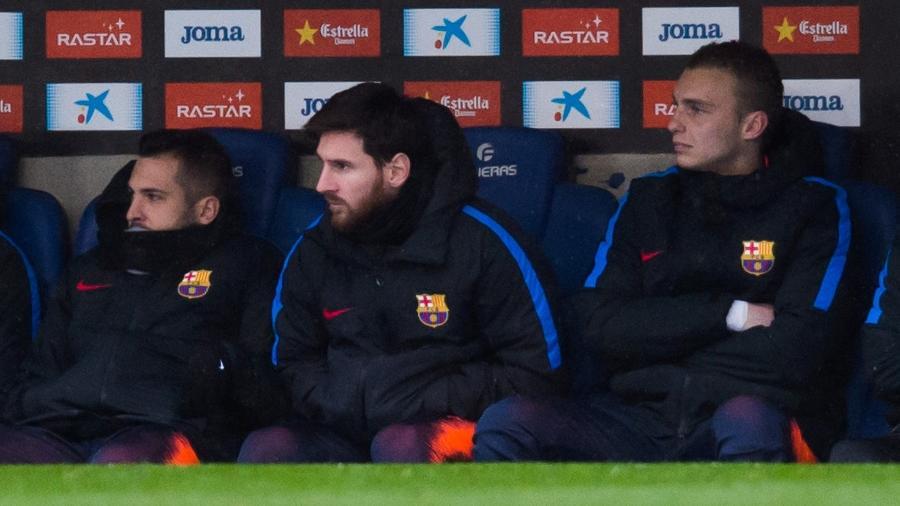 Messi observa jogo do Barcelona contra o Espanyol do banco de reservas - Alex Caparros/Getty Images