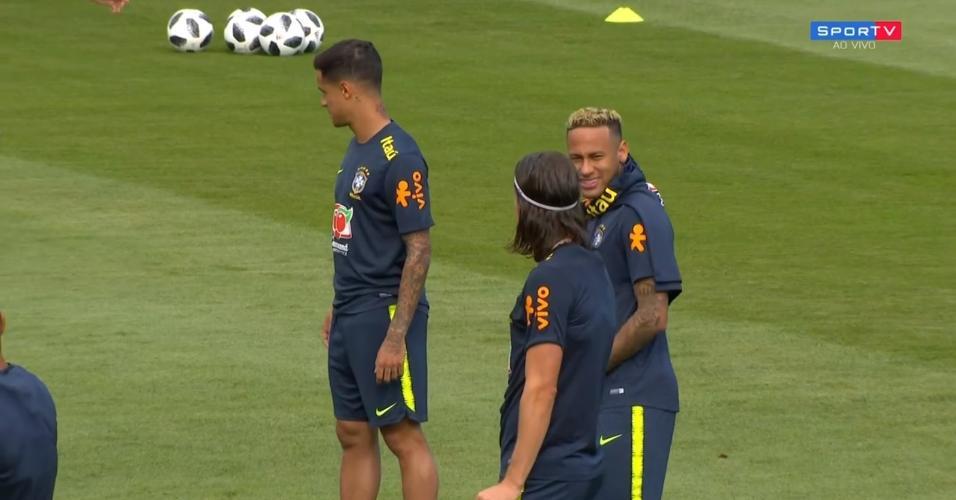 Neymar mostra novo cabelo em treino da seleção brasileira