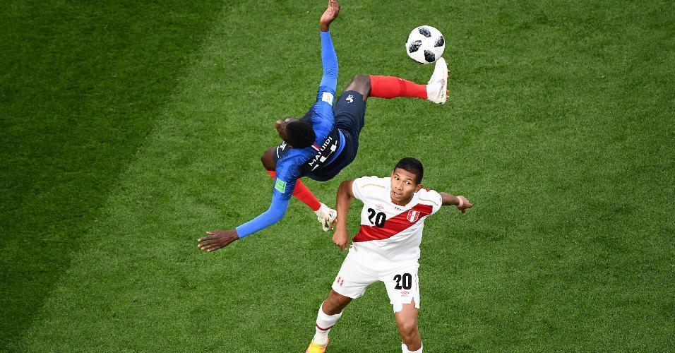 Blaise Matuidi, da seleção da França, é observado por Edison Flores, do Peru