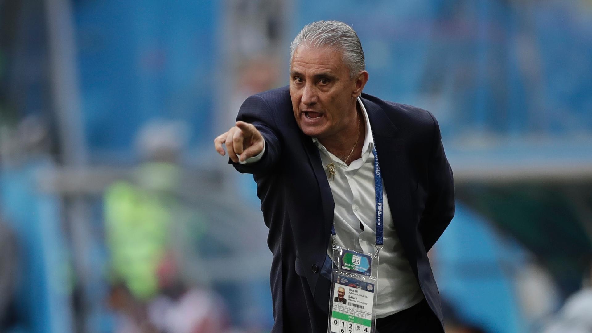 Tite orienta a seleção brasileira durante a partida contra a Costa Rica