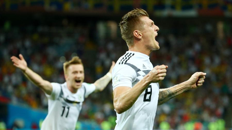 Toni Kroos é acompanhado por Marco Reus em comemoração de gol da Alemanha sobre a Suécia - Michael Dalder/Reuters