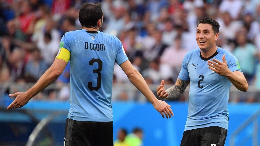 Giménez (d) acredita que a seleção uruguaia merece respeito por sua história - AFP PHOTO / Pascal GUYOT