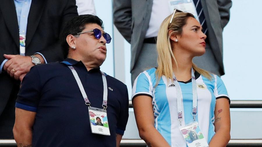 Maradona assiste à eliminação da Argentina ao lado da namorada - CARLOS GARCIA RAWLINS/Reuters