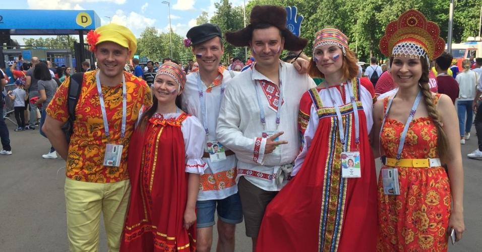 Torcida russa usa roupas tradicionais para acompanhar Rússia x Espanha