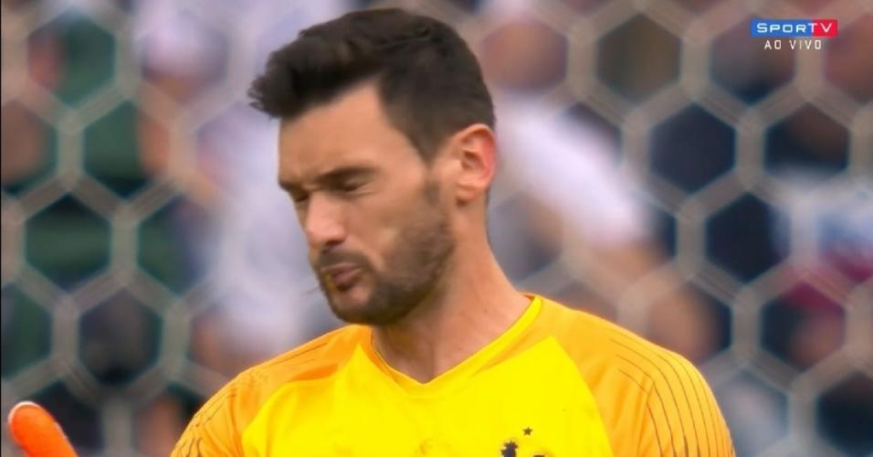 Lloris cospe inseto que entrou em sua boca durante o jogo entre Uruguai em França