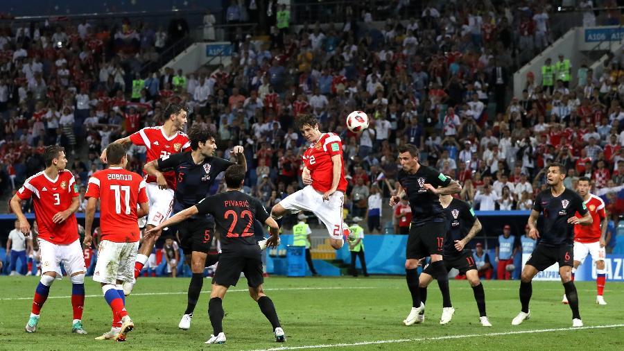 Mario Fernandes cabeceia e marca o gol de empate para a Rússia na prorrogação - Kevin C. Cox/Getty Images