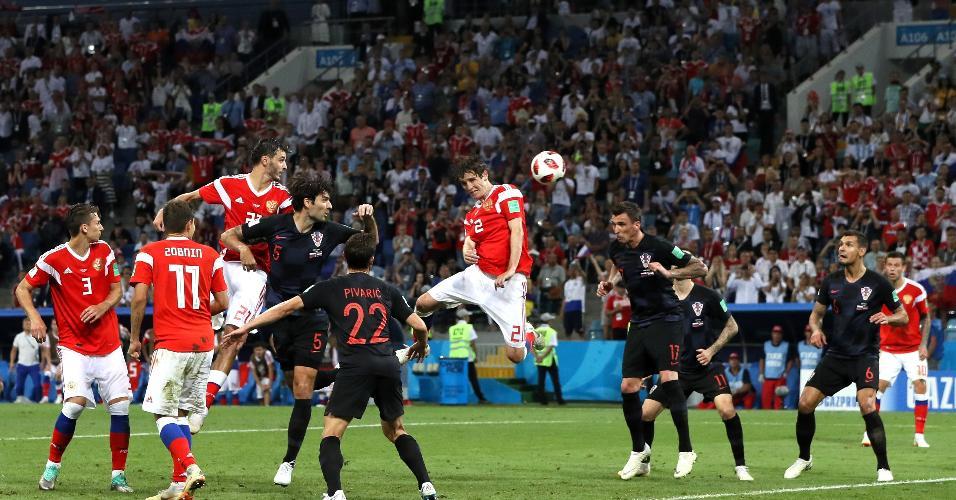 Mario Fernandes cabeceia e marca o gol de empate para a Rússia na prorrogação