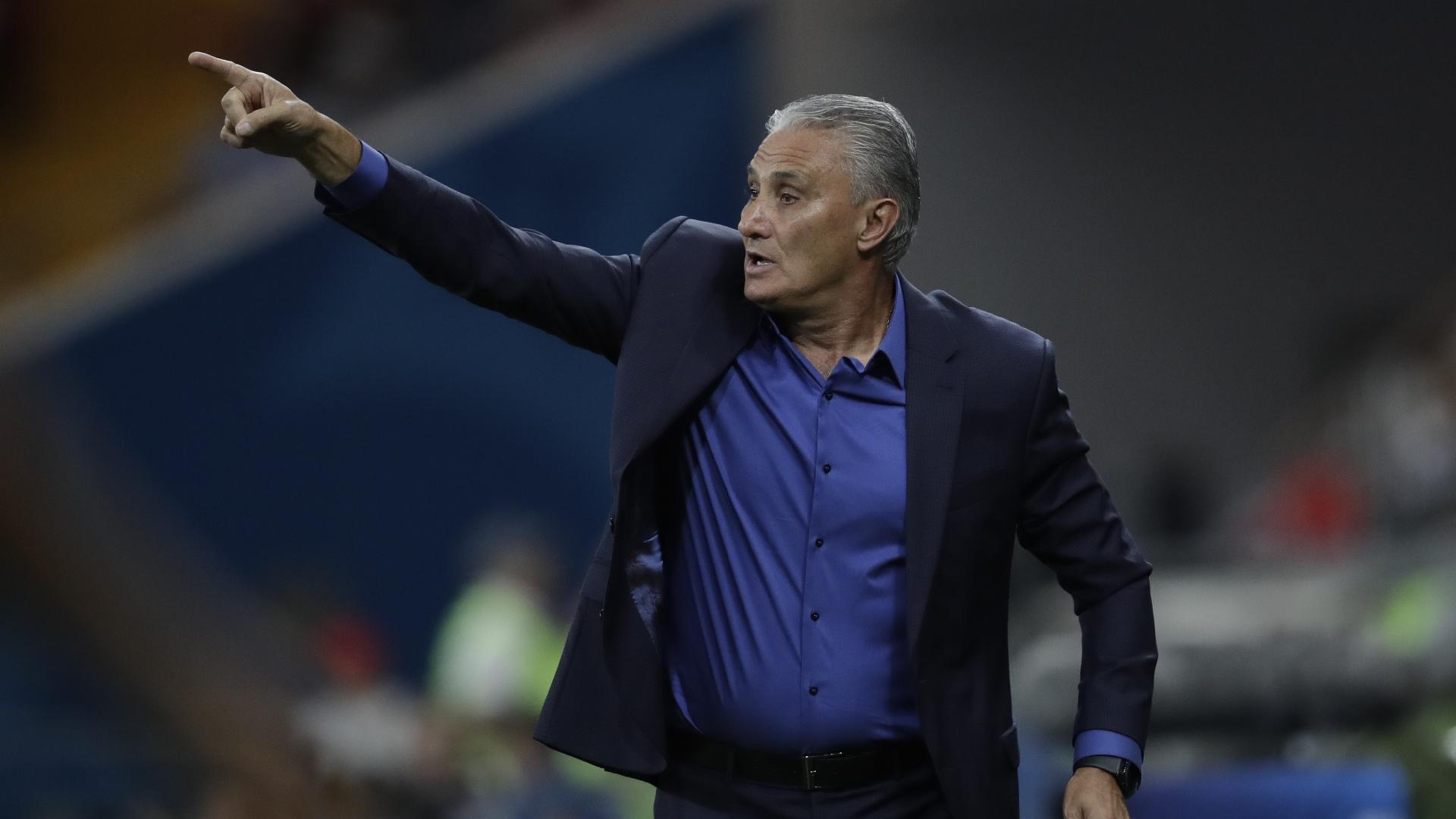 Tite orienta a seleção brasileira na estreia contra a Suíça