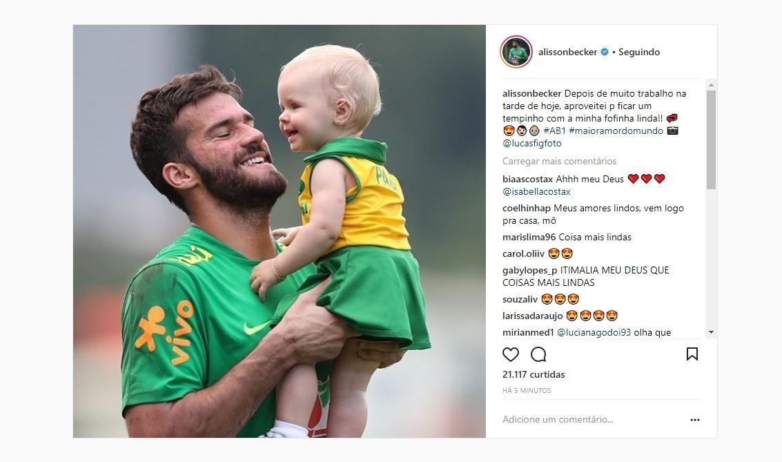 Após o treino da seleção, Alisson curte momento com a filha