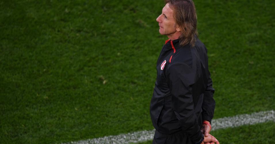 Técnico da seleção do Peru, Ricardo Gareca observa duelo contra a seleção francesa